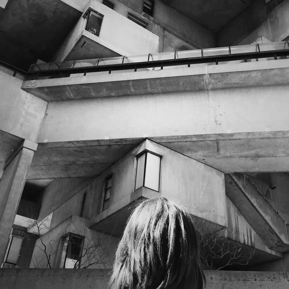 femme devant habitat 67 maison cubes béton