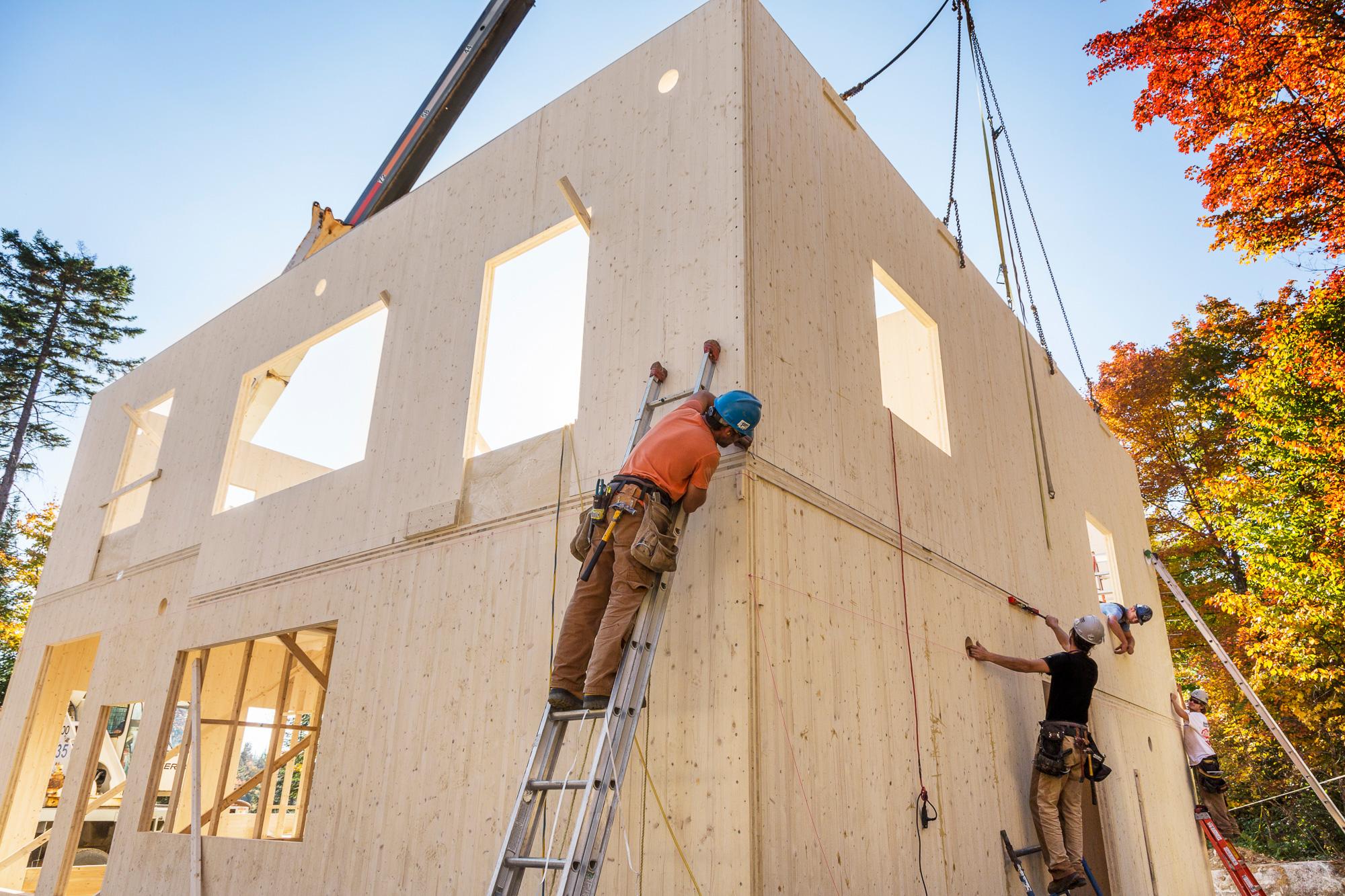 travailleurs construction maison bois