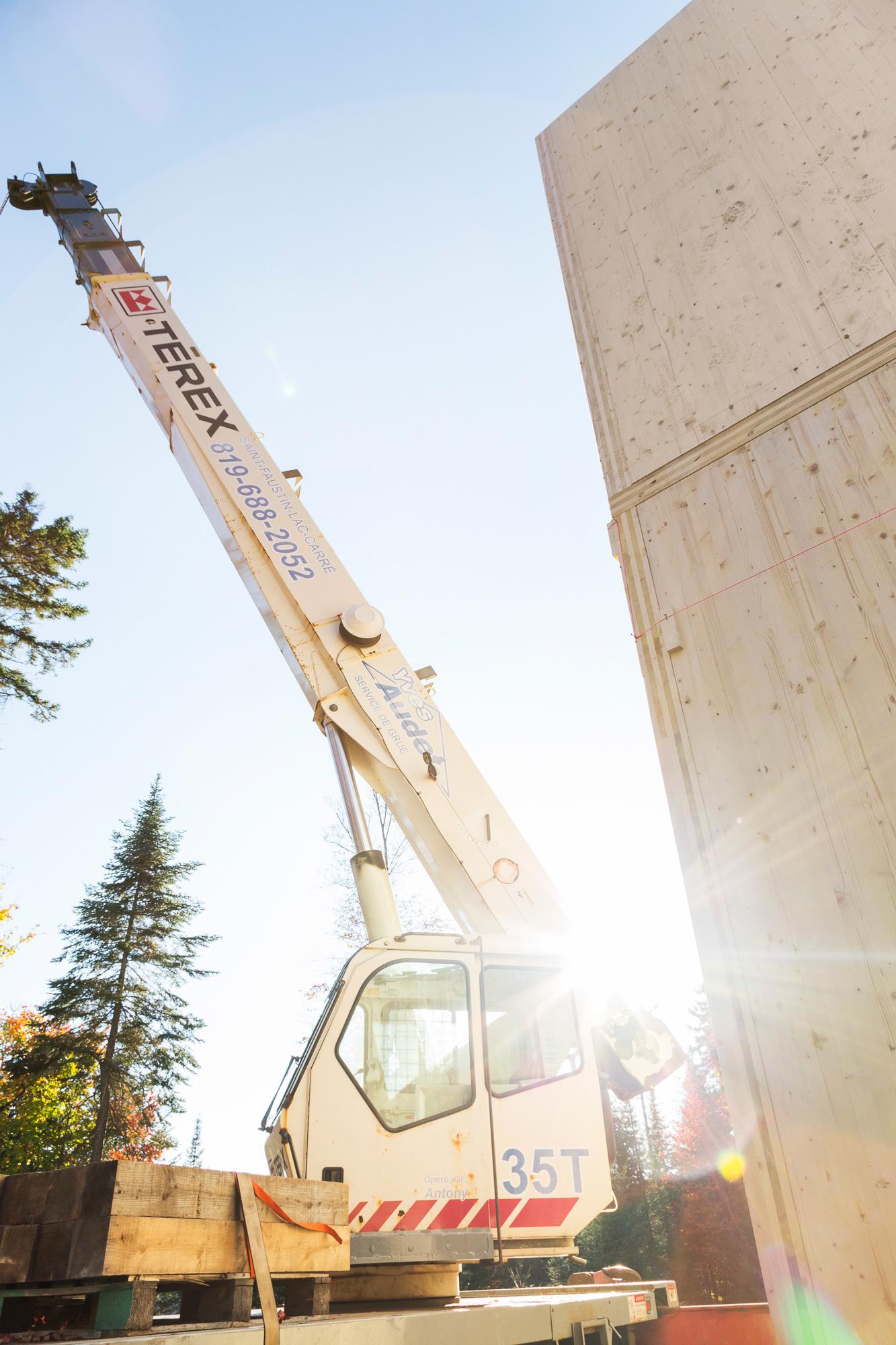 grue soleil murs bois maison en construction