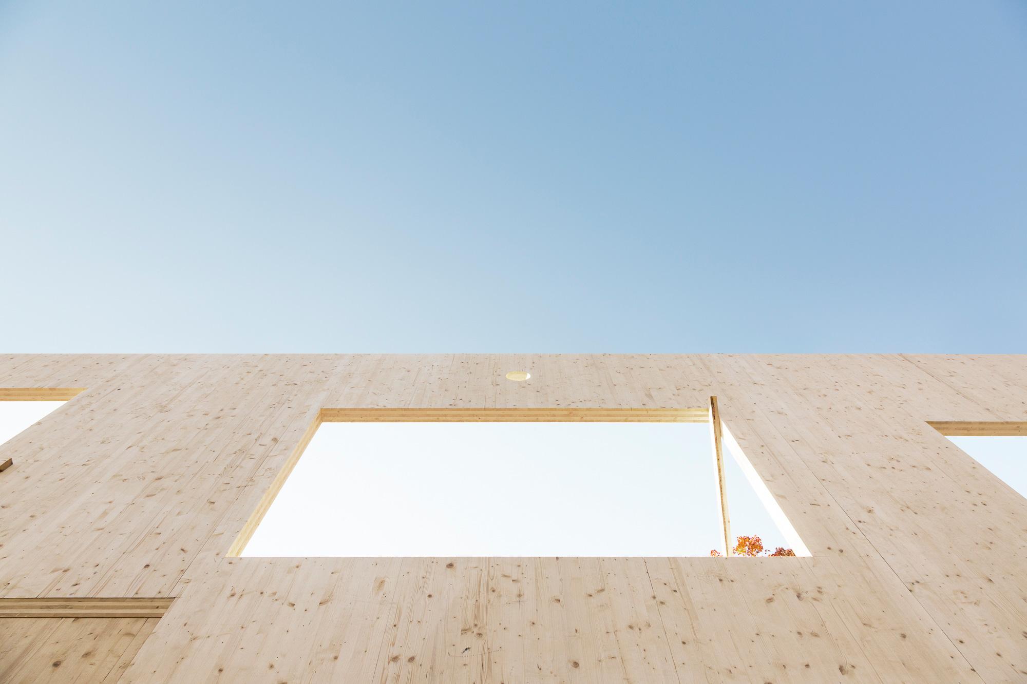 mur bois percé ciel bleu chantier construction