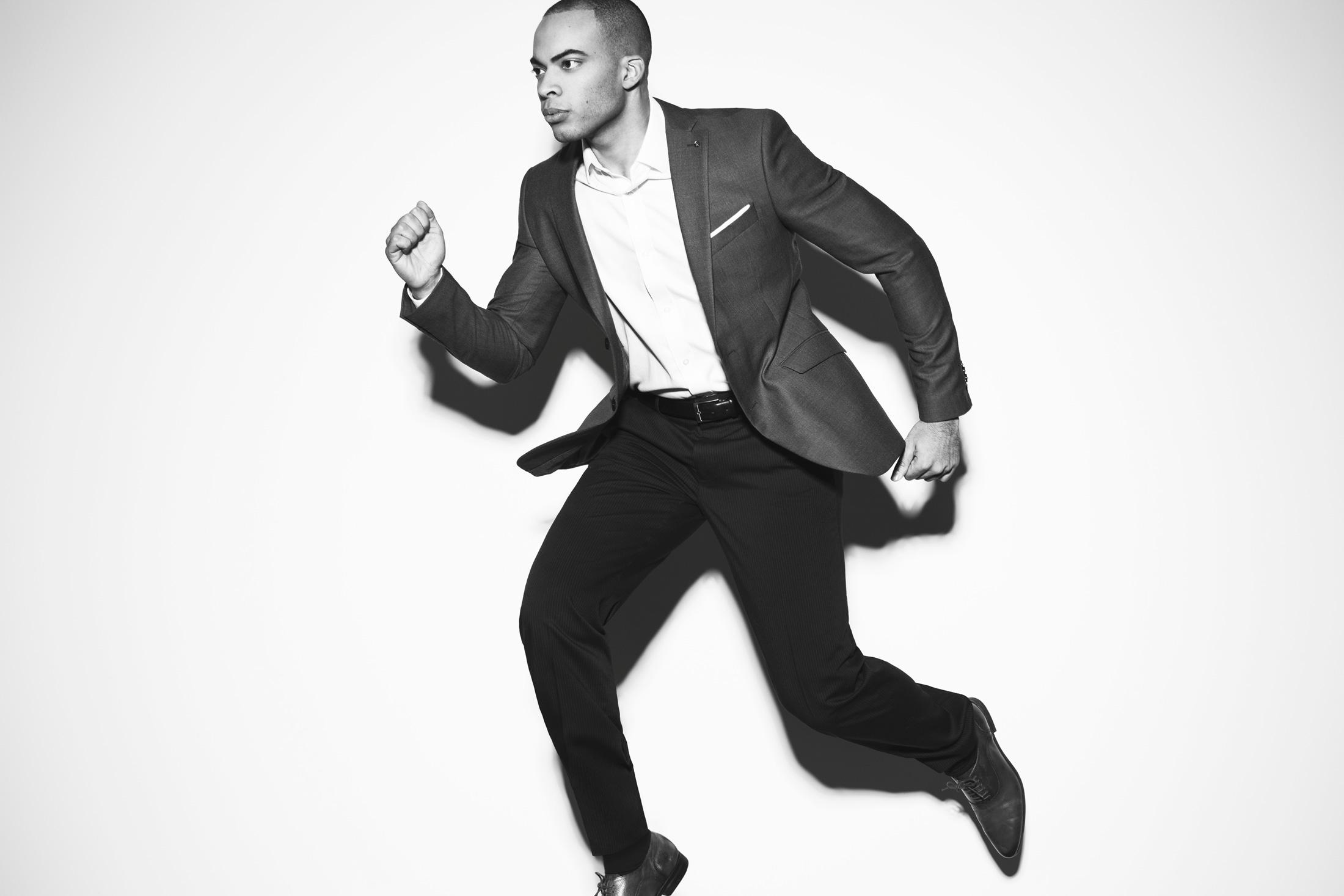 portrait homme en complet qui saute