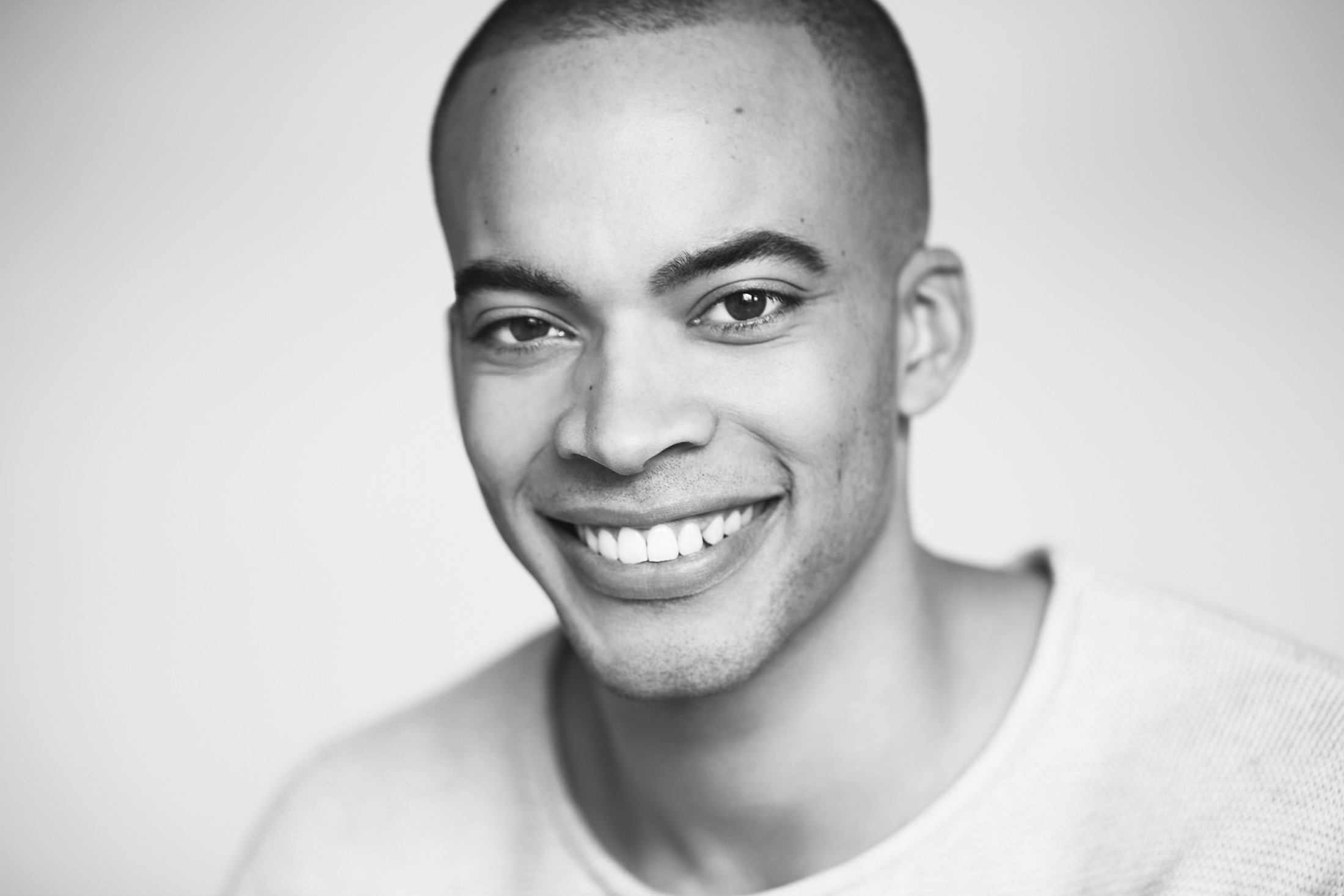 portrait noir et blanc homme souriant