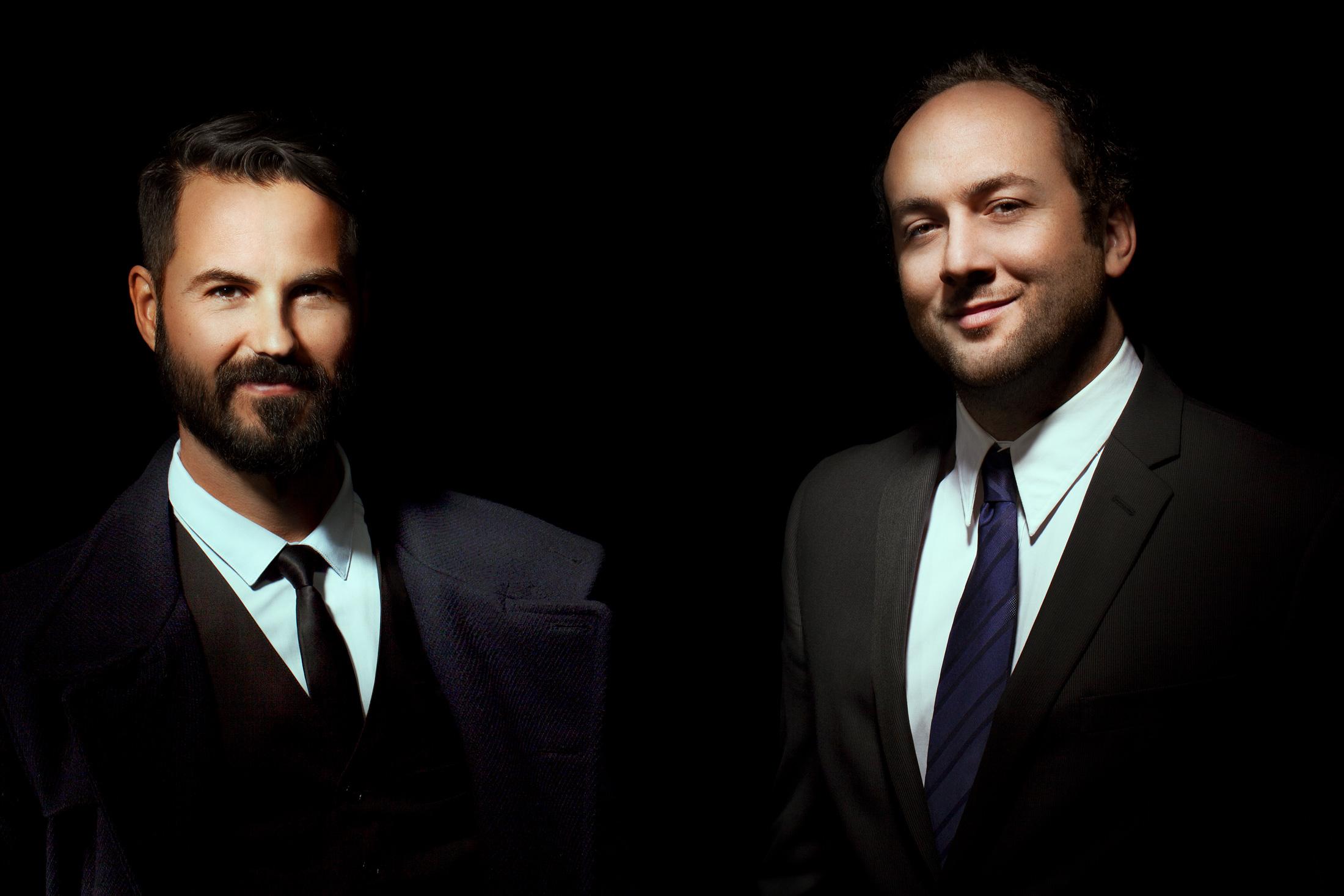 portrait deux hommes d'affaires éclairage contrasté