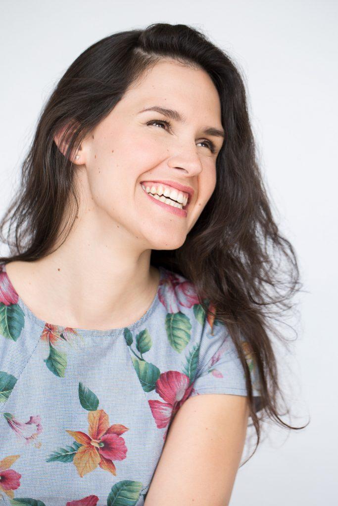 portrait femme qui rit robe fleurie
