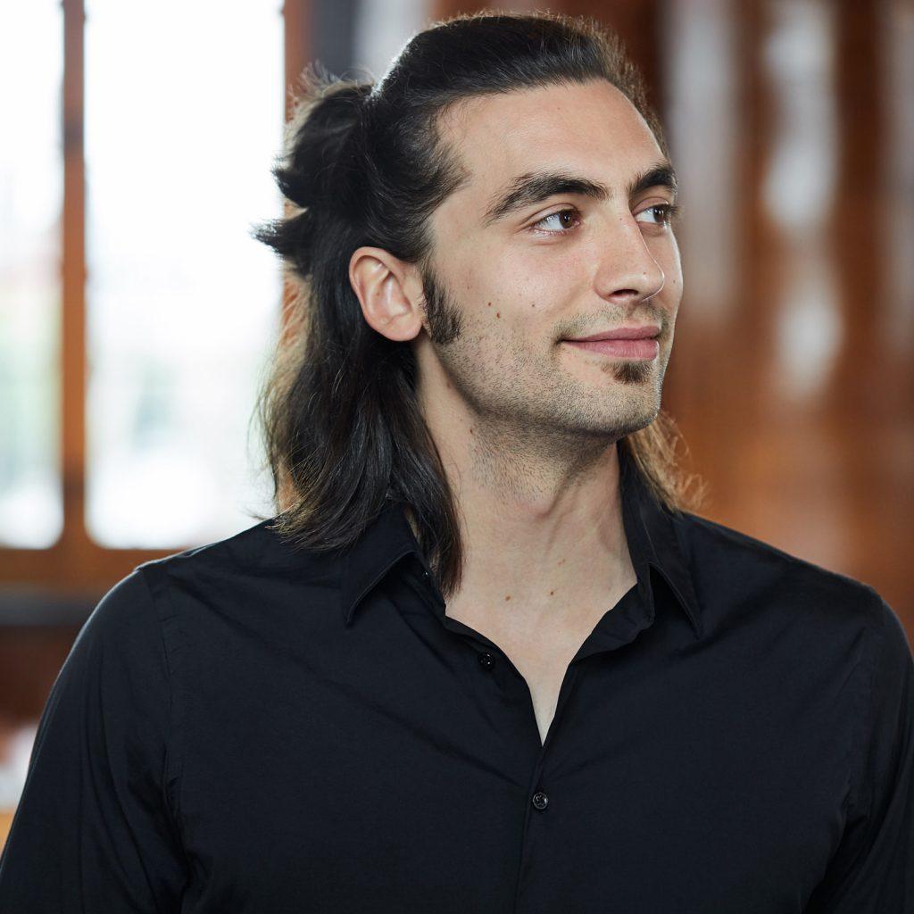 portrait profil homme souriant