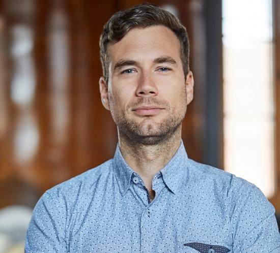 portrait homme sérieux chemise bleue fond flou