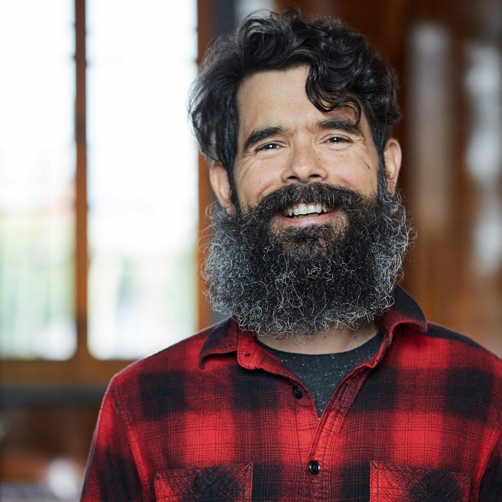 portrait homme barbu qui rit