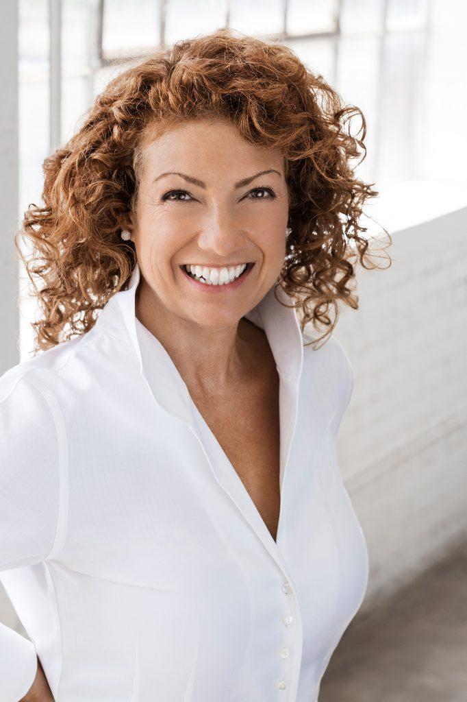portrait femme affaires souriante cheveux bouclés