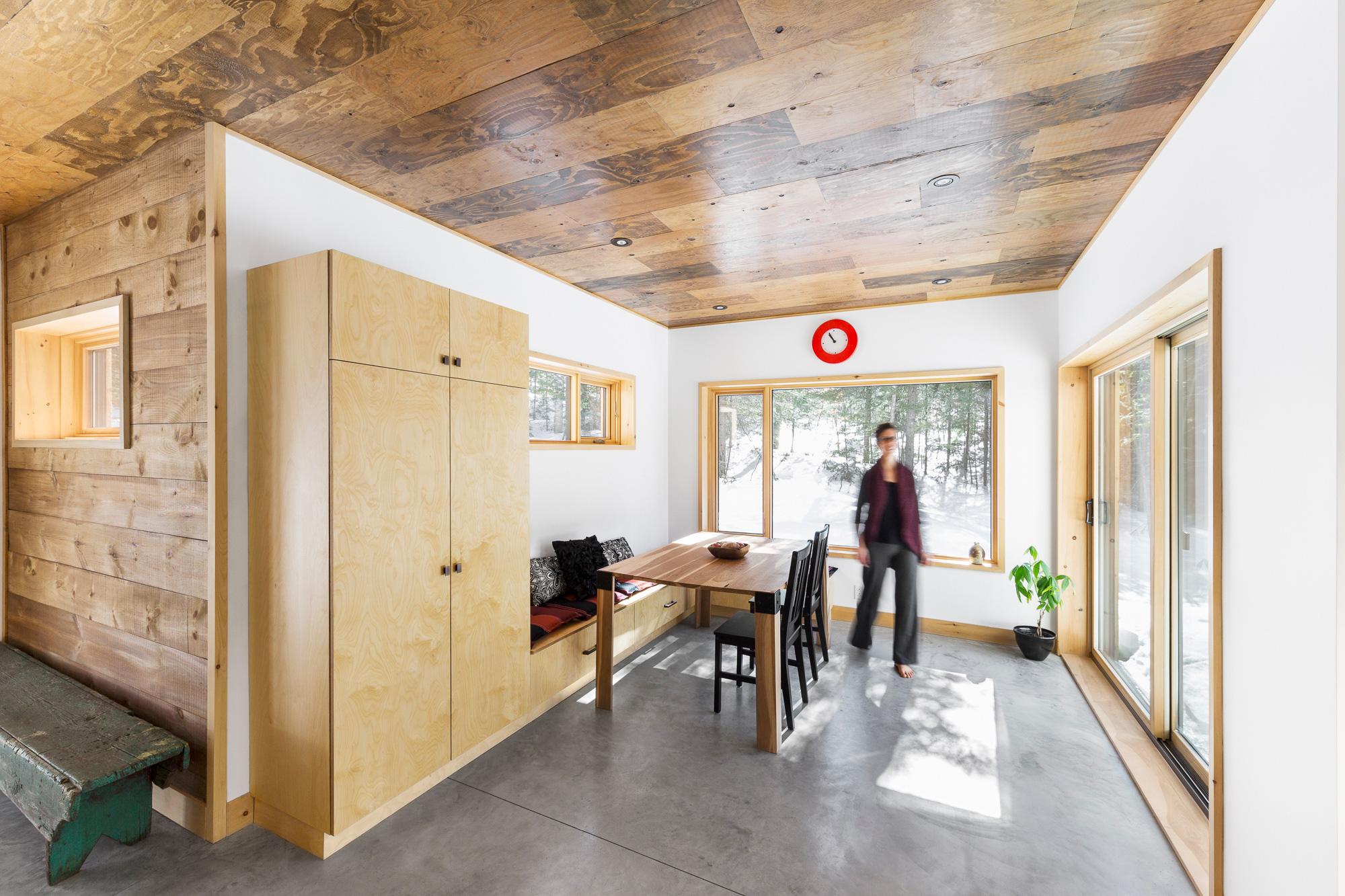salle à manger béton bois femme qui marche