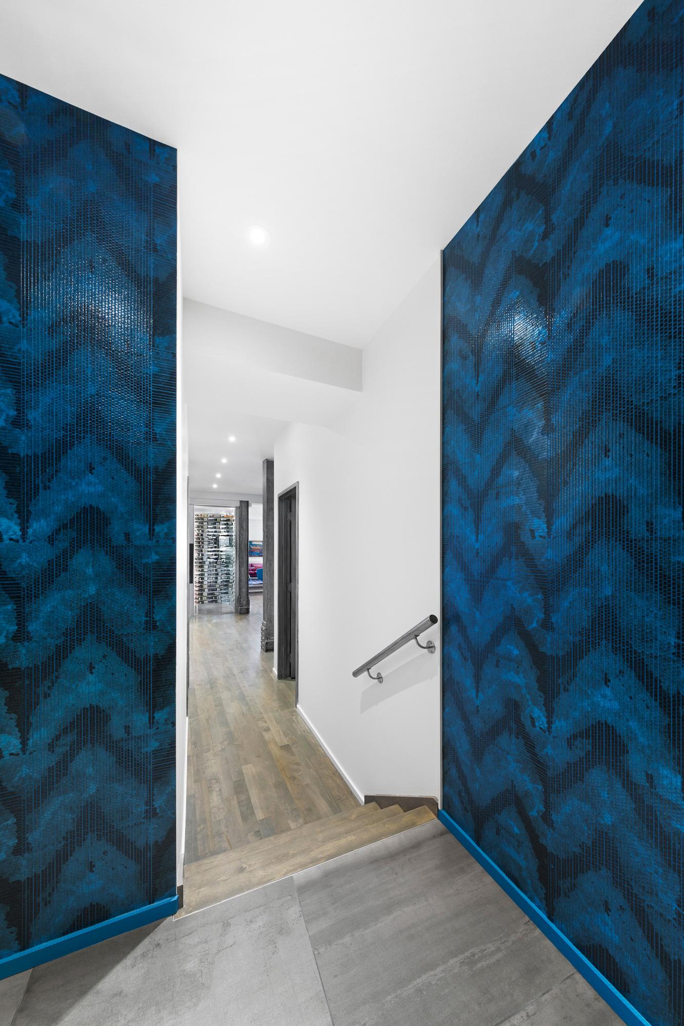hall entrée murs tapisserie bleue couloir