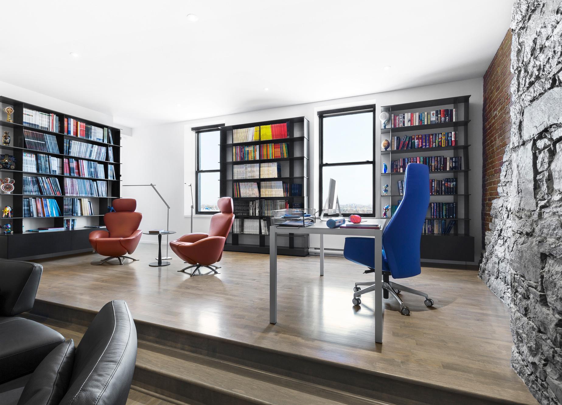 bureau de travail chaises colorées bibliothèques