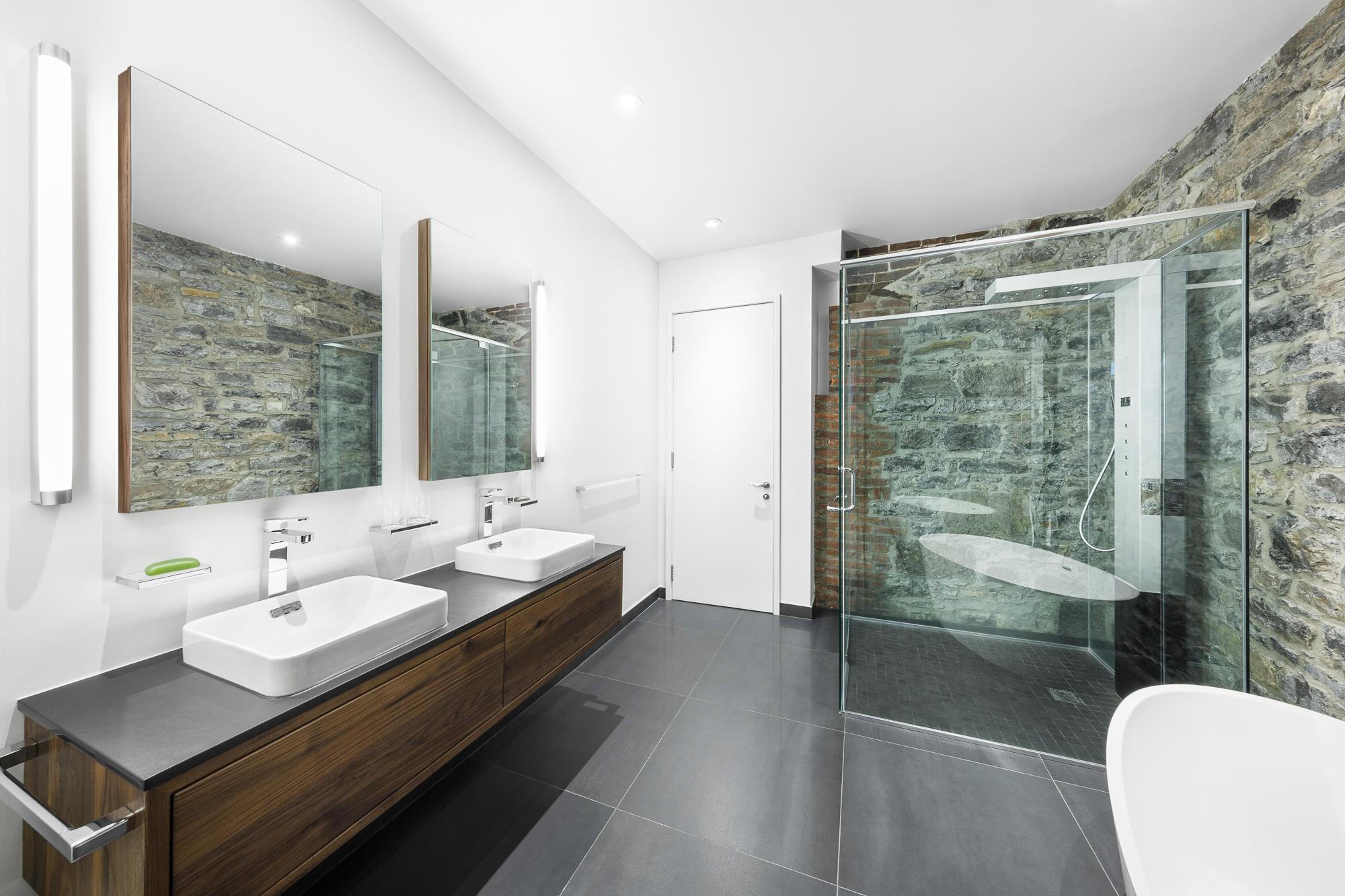 salle de bain mur pierre douche vitrée