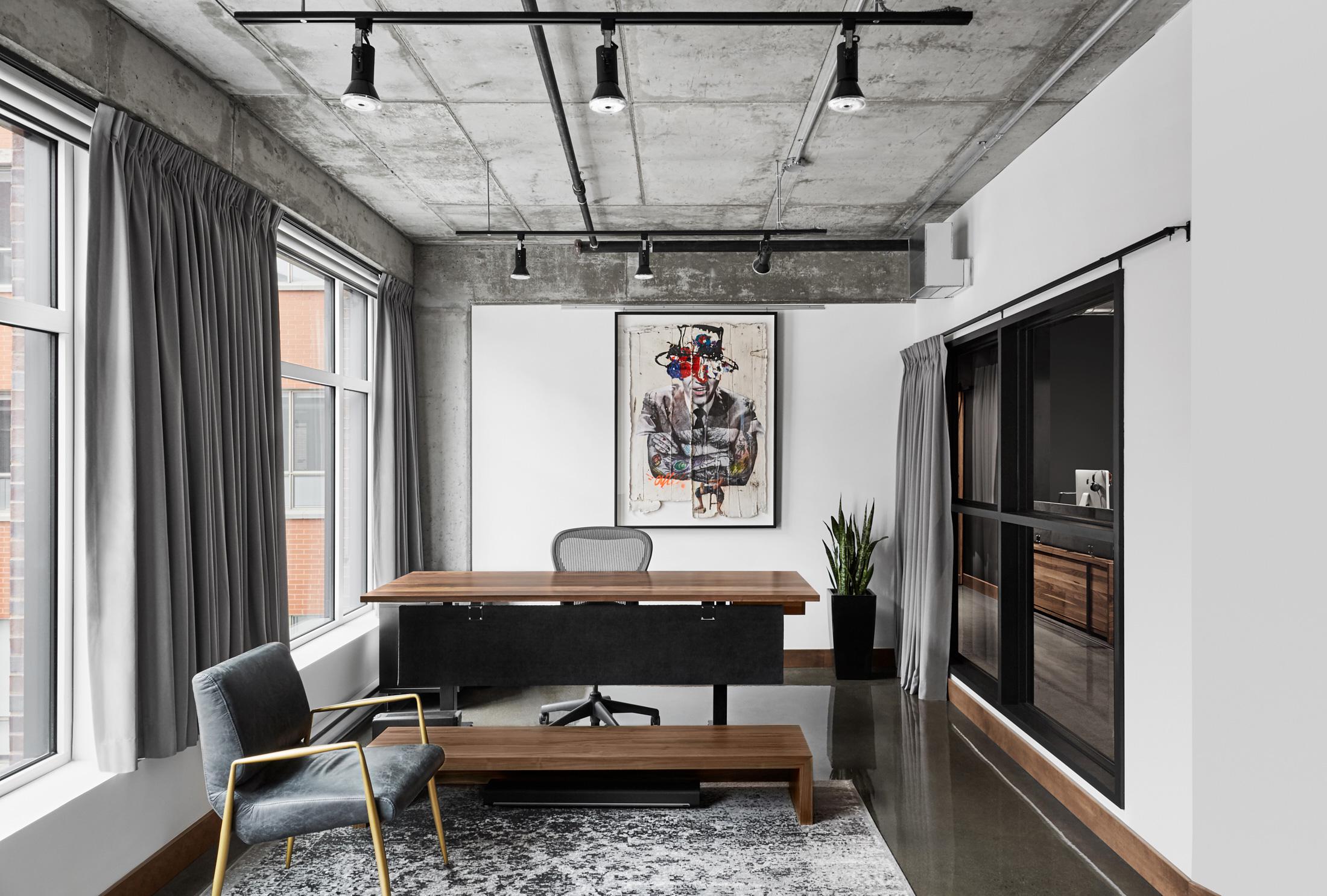 pièce bureau bois fenêtres rideaux