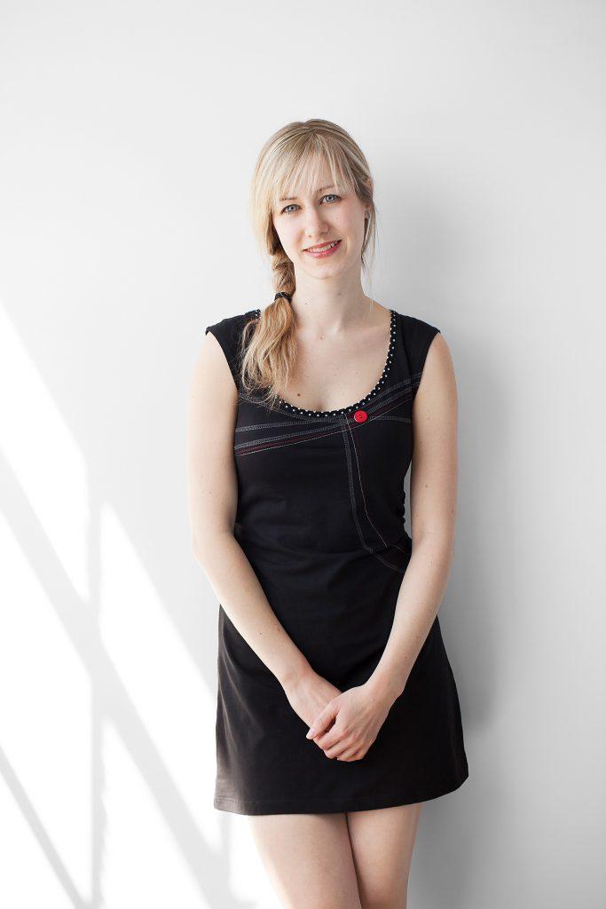 portrait femme blonde lumière fenêtre