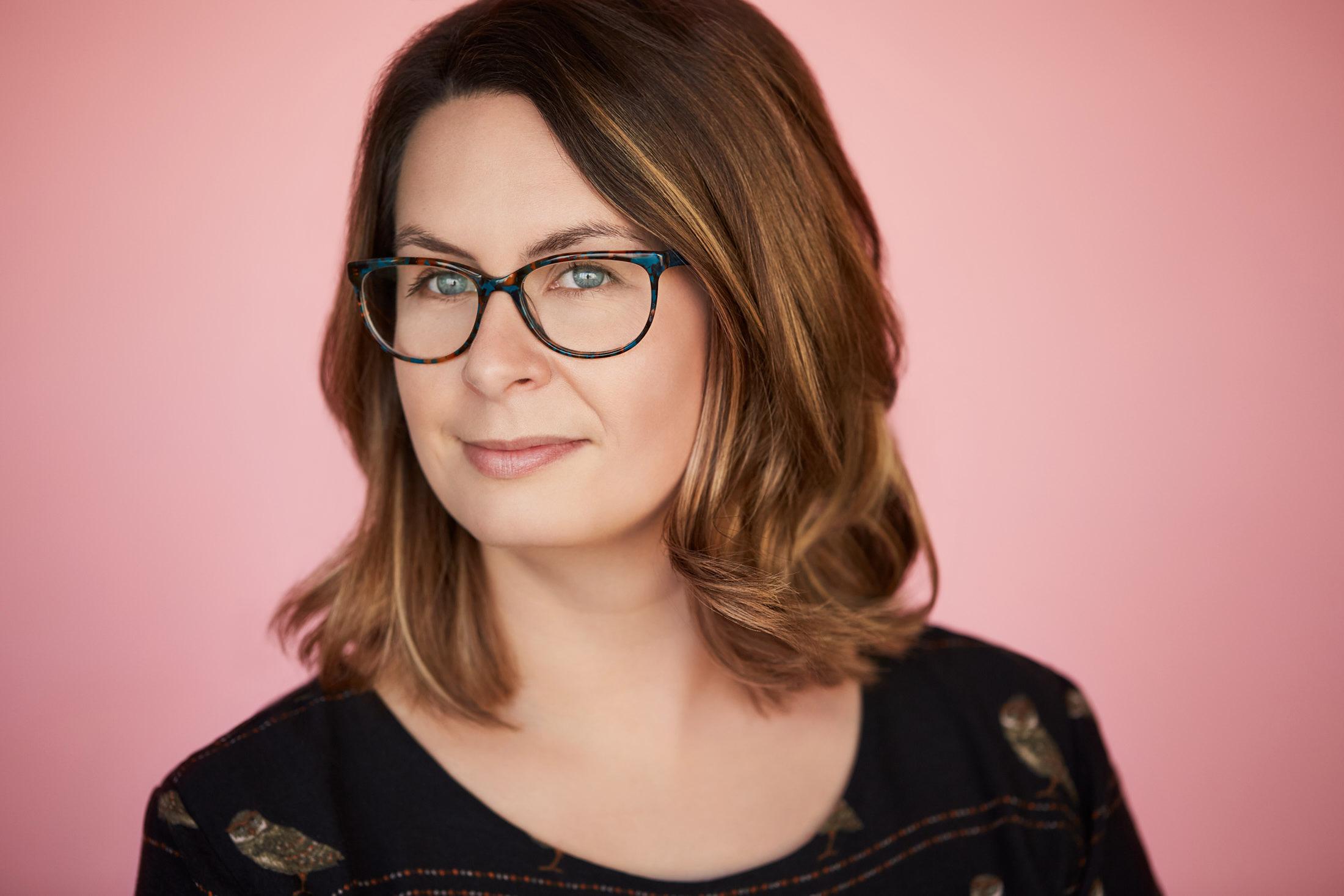portrait femme lunettes fond rose