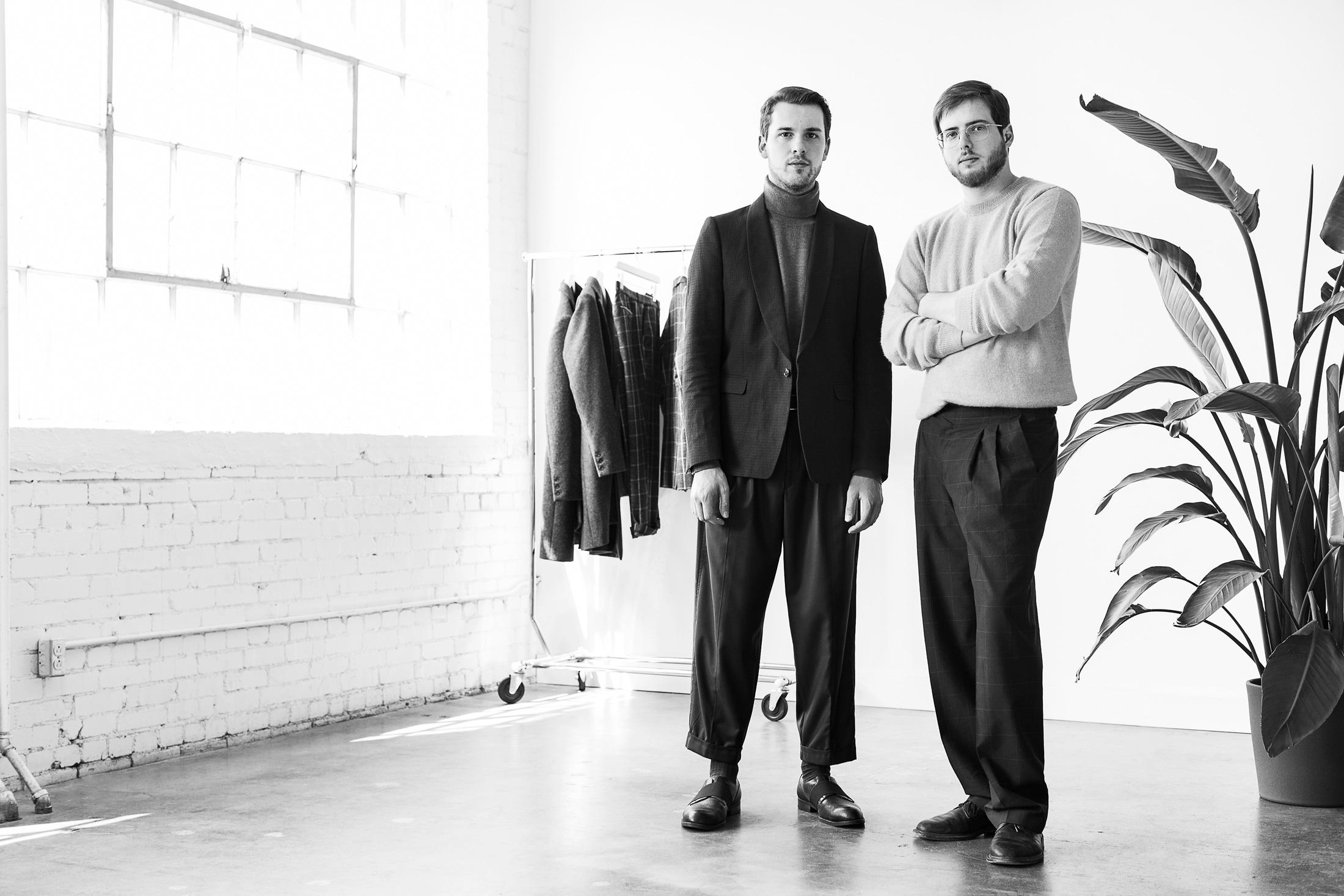 portrait noir et blanc deux hommes fenêtre lumineuse