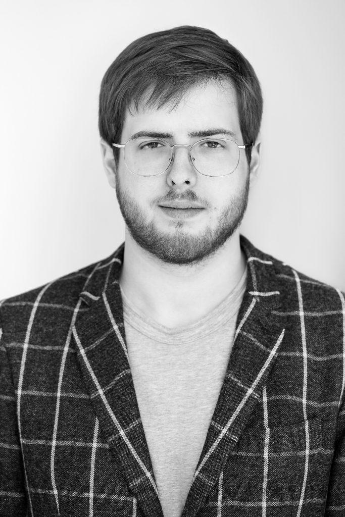 portrait noir et blanc jeune homme veston quadrillé