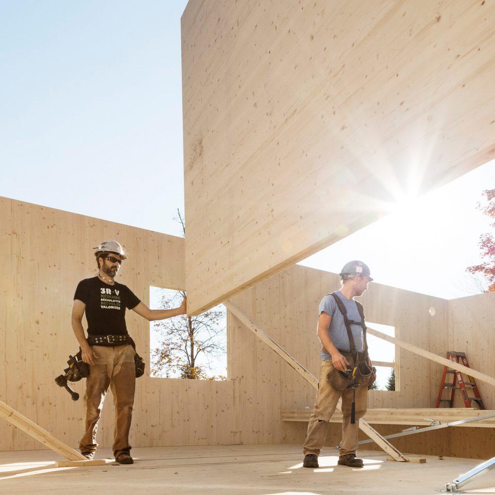chantier construction travailleurs installation mur bois