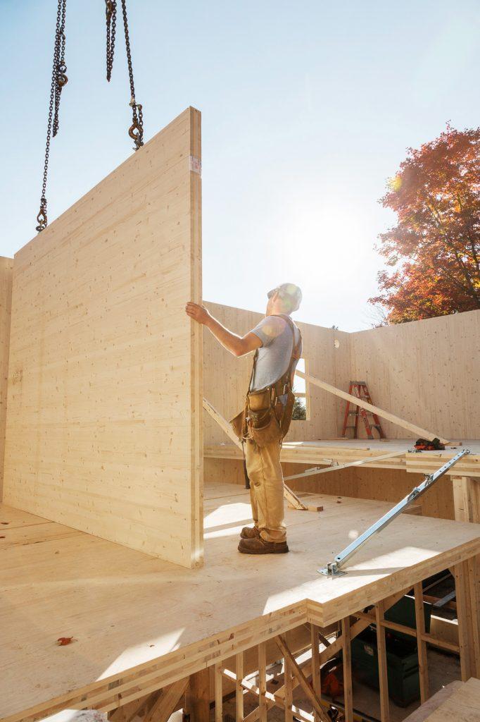 chantier construction mur bois travailleur soleil