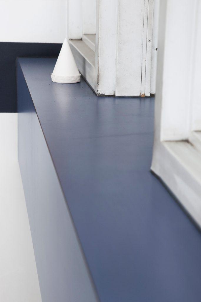 intérieur garage vide comptoir bleu