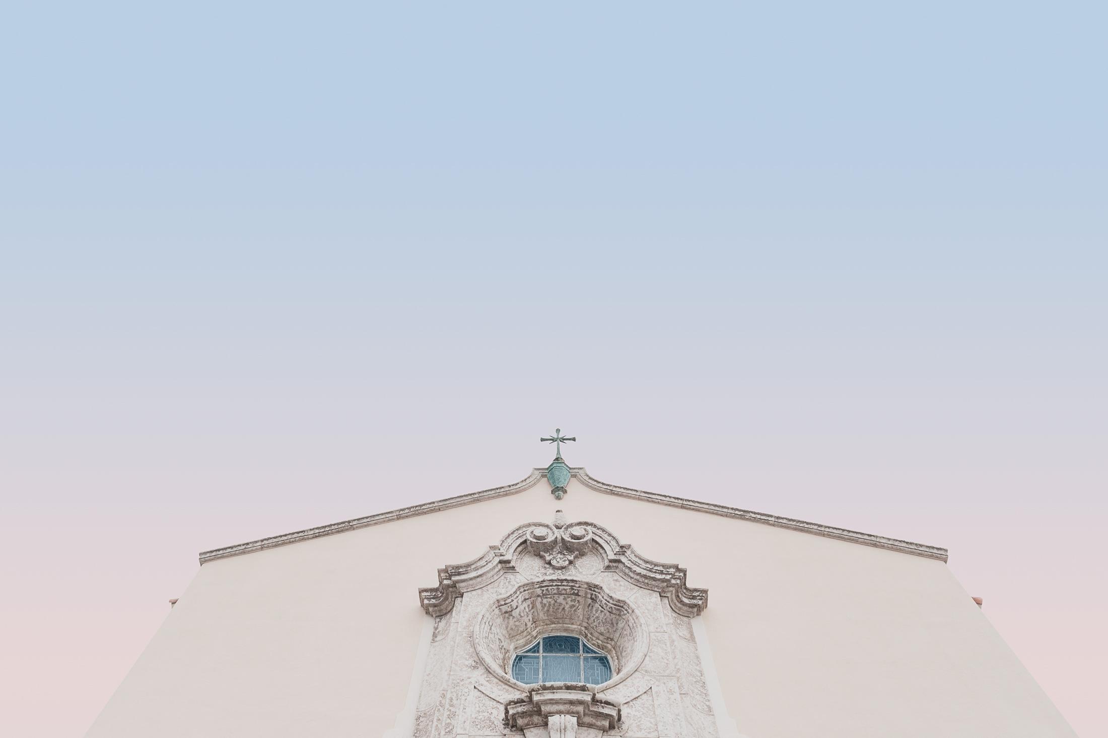 façade église contre plongée ciel dégradé