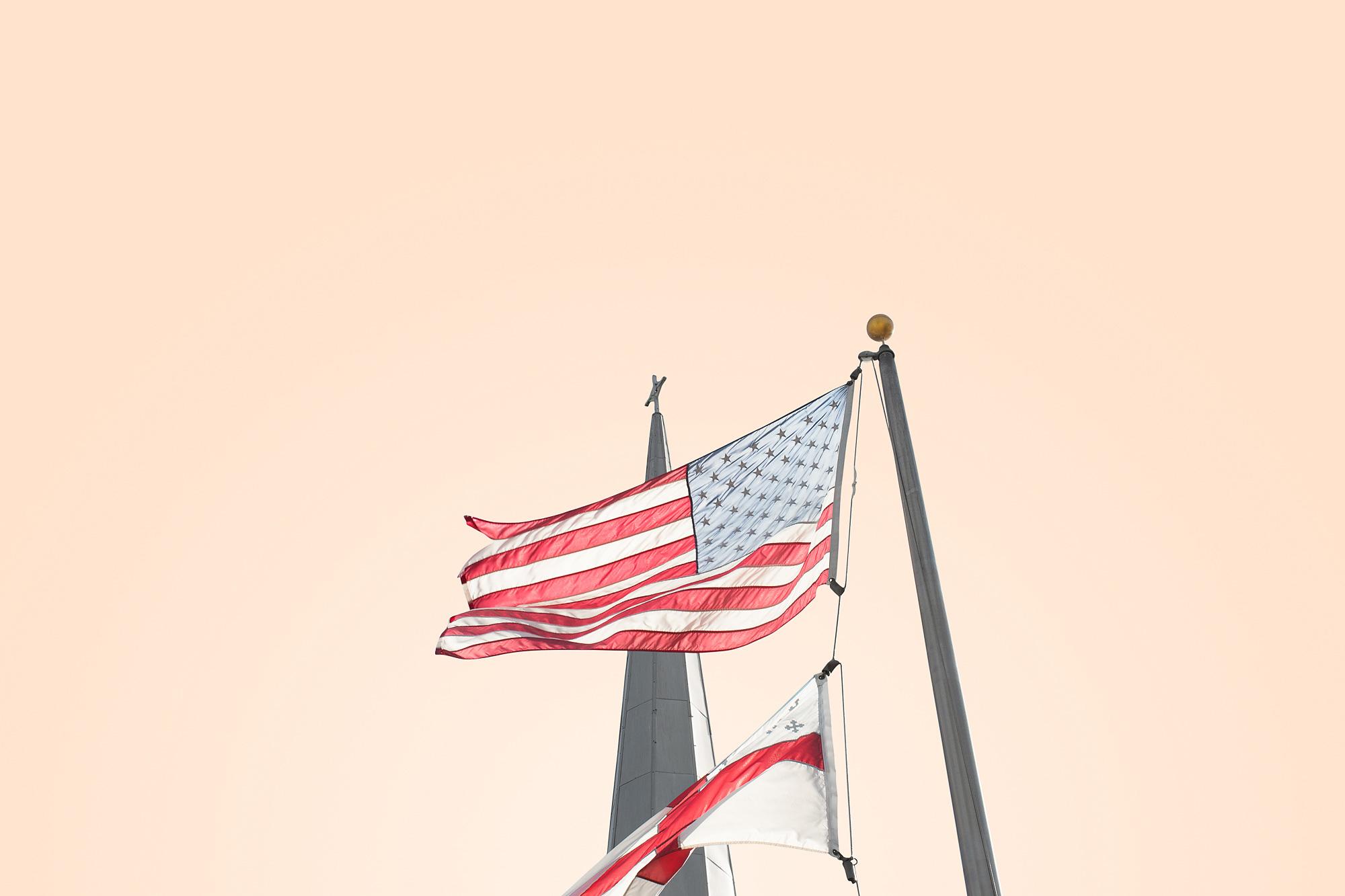 clocher église drapeau américain au vent