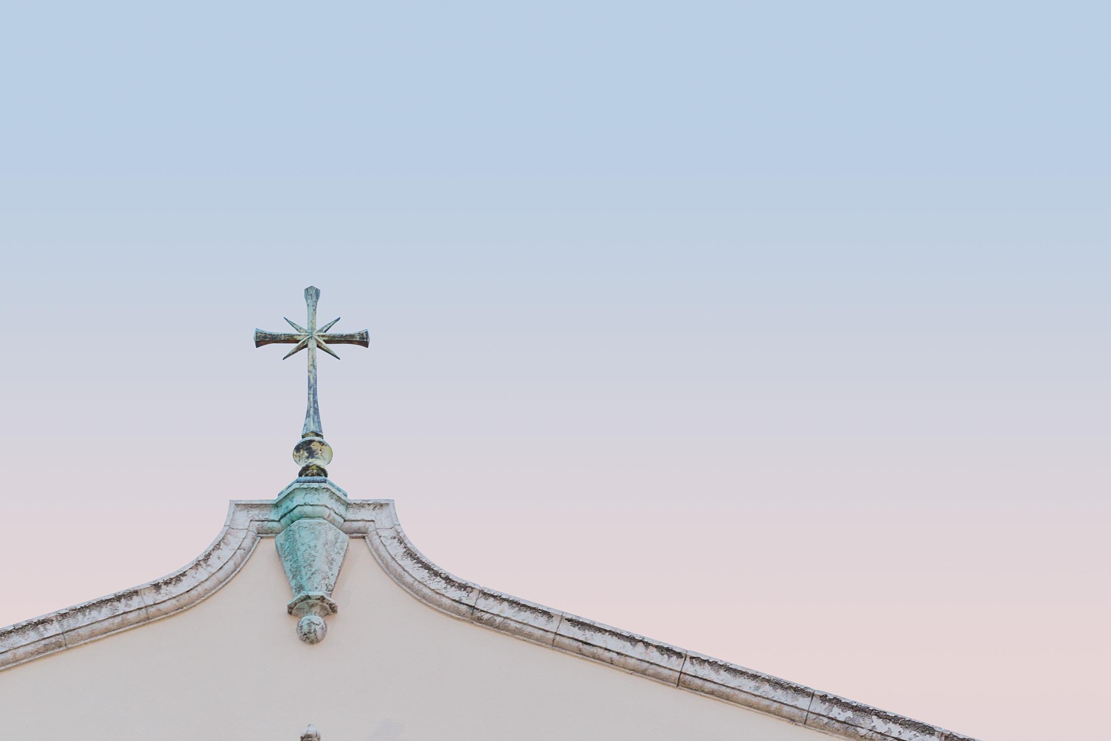 façade église croix coucher de soleil