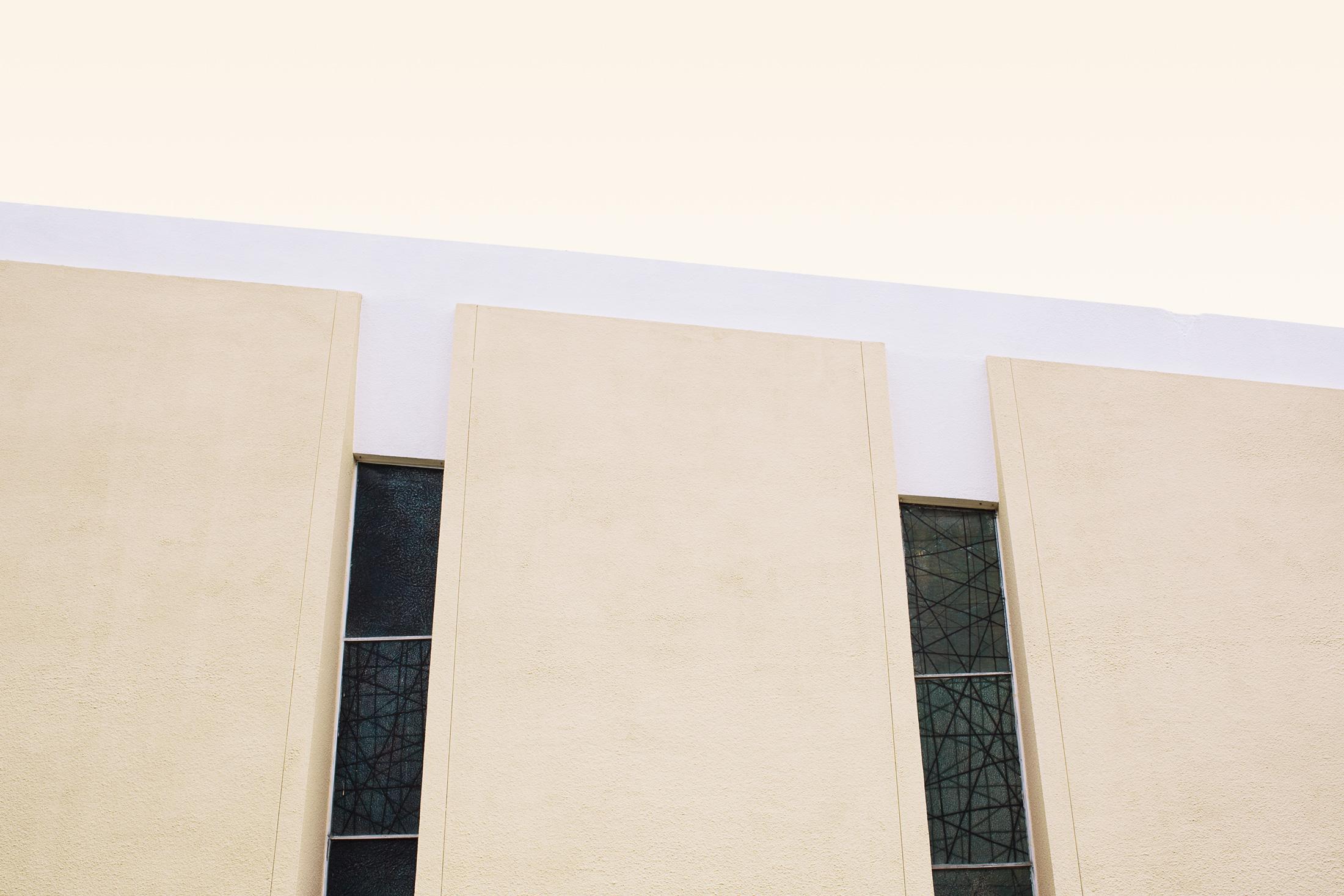 architecture mur église jaune et blanc