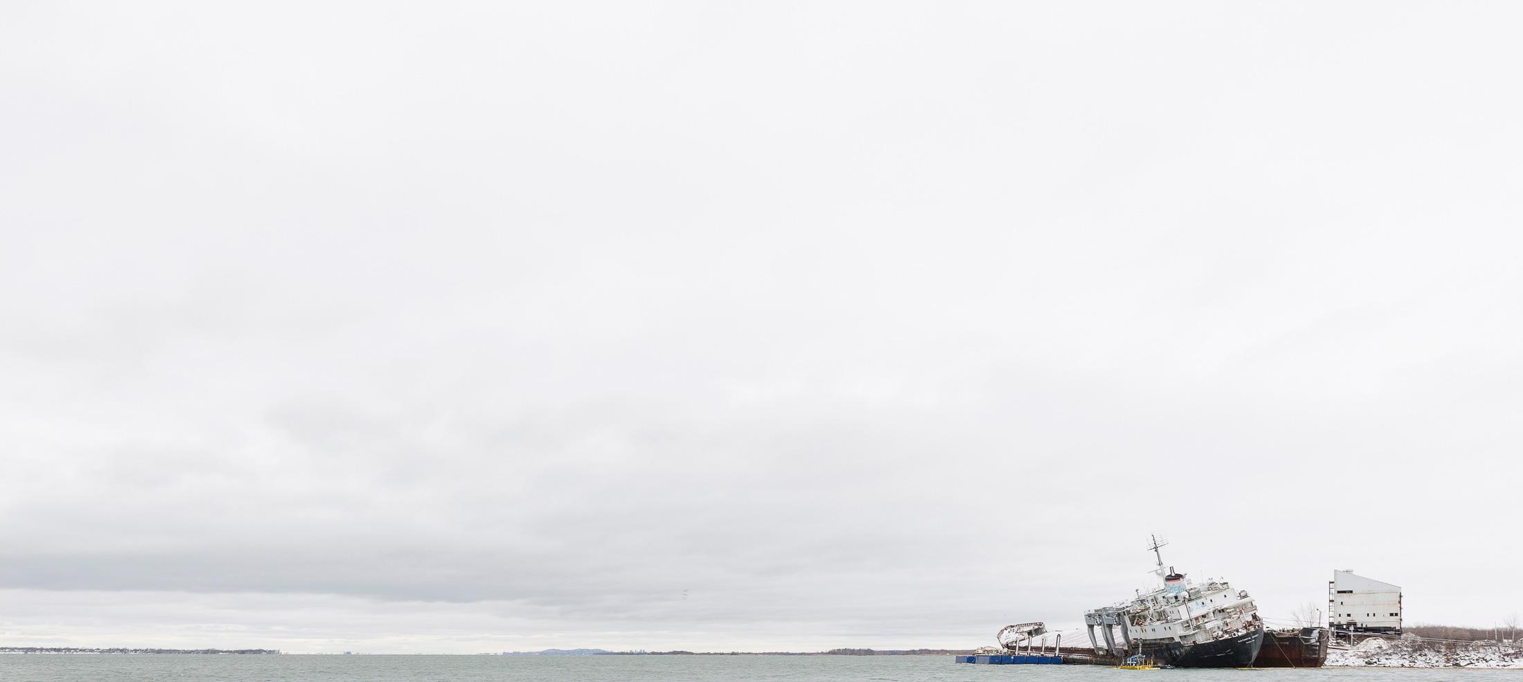 paysage côtier fleuve bateau abandonné