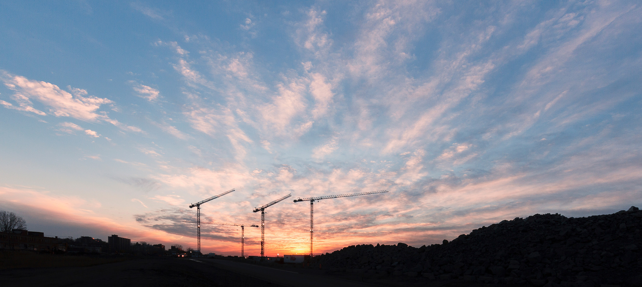paysage urbain grues coucher soleil