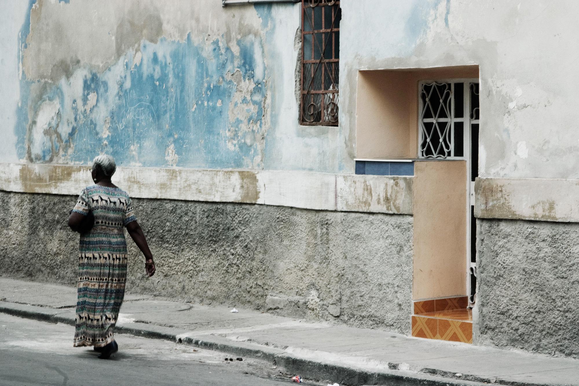 cuba femme marche mur béton