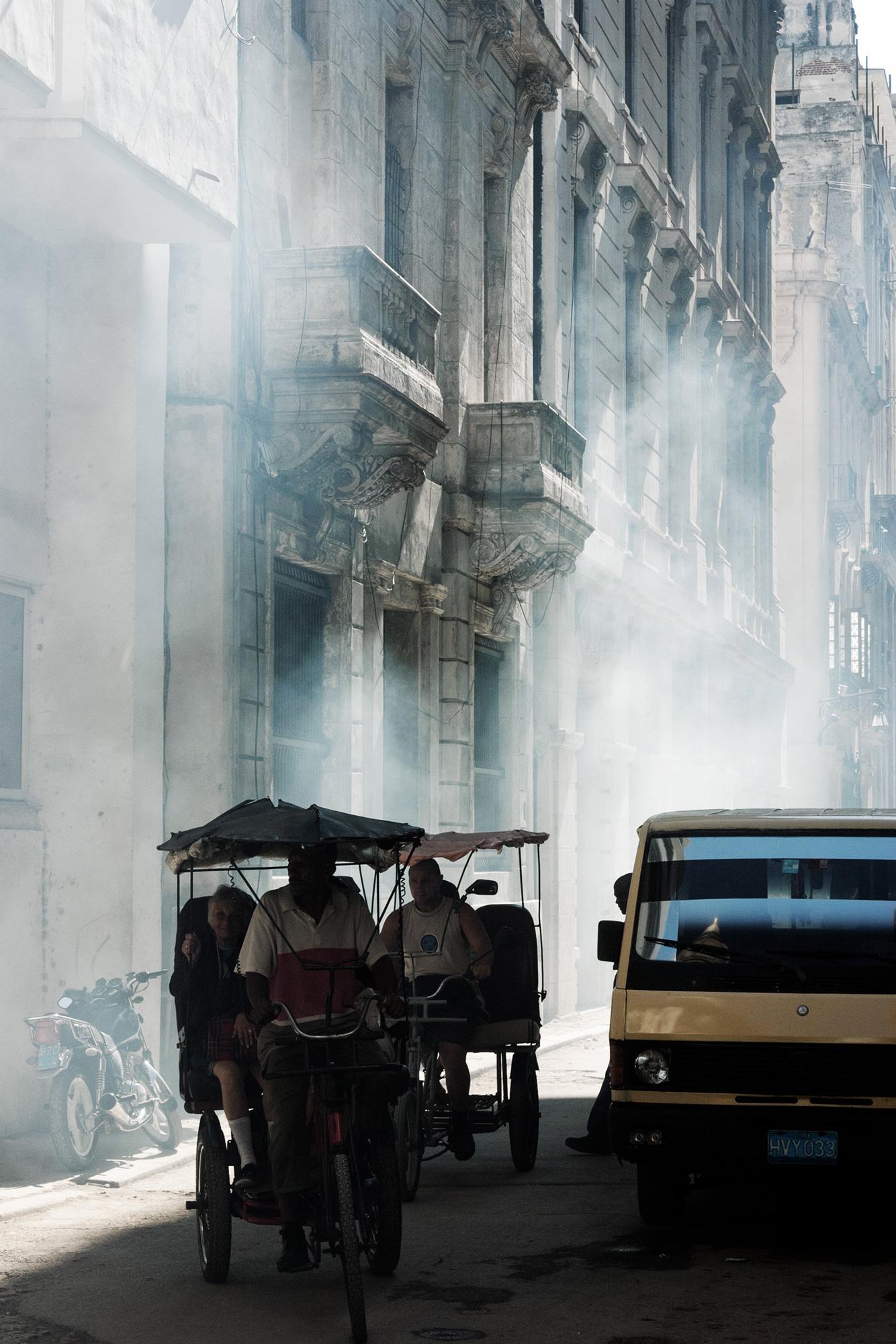 cuba rue fumée auto vélo taxi