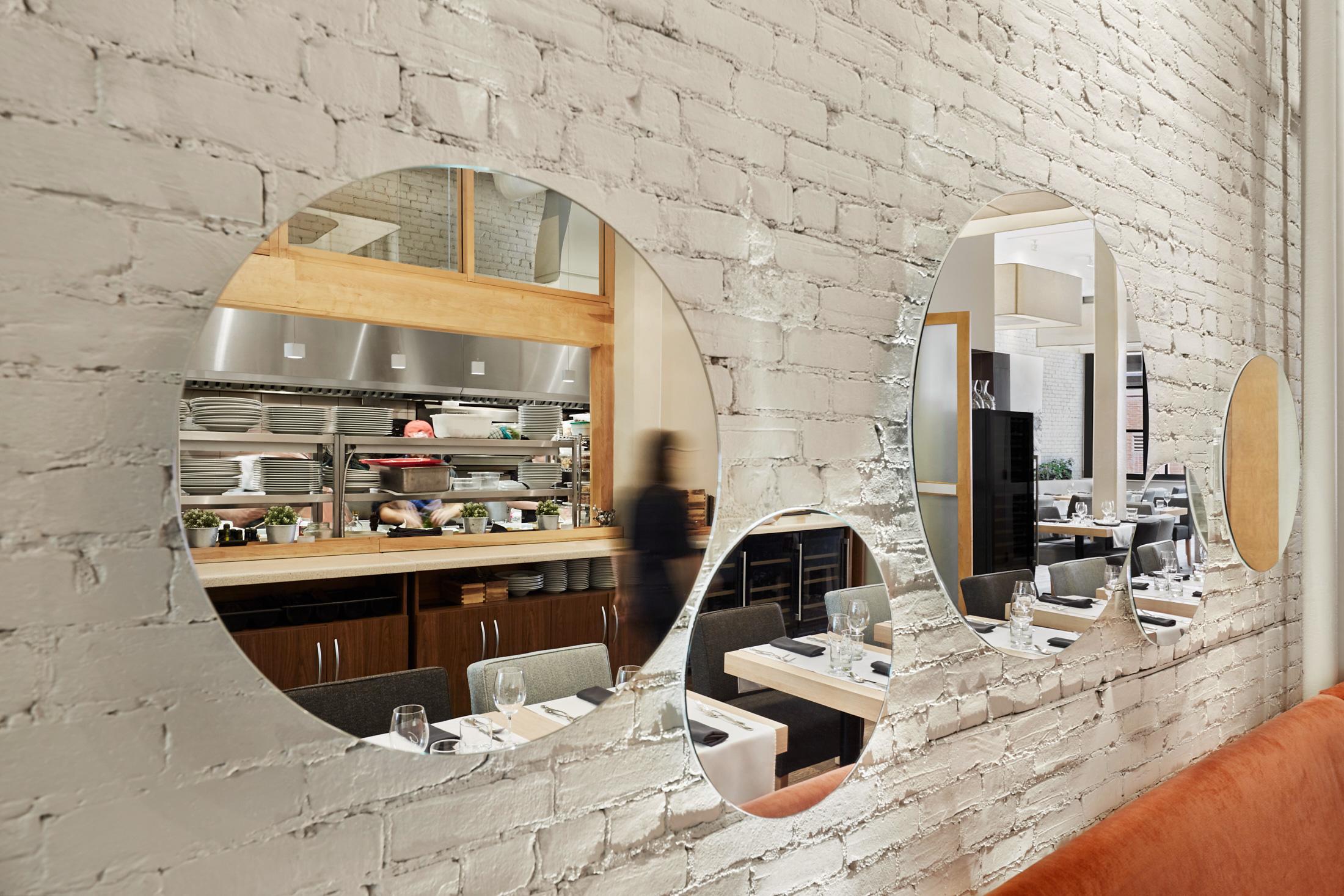 decoration restaurant miroirs mur brique