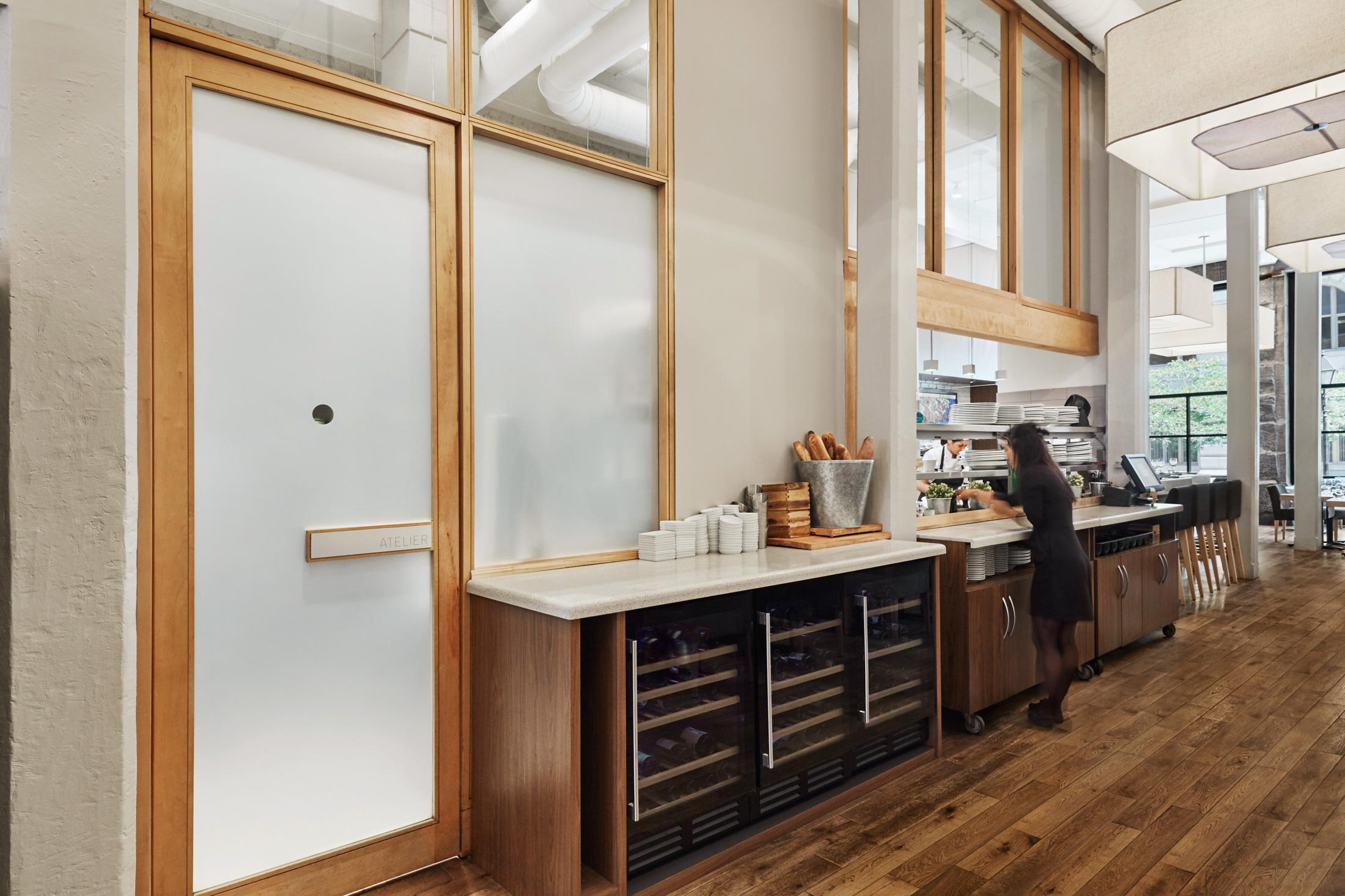comptoir restaurant porte bois serveuse