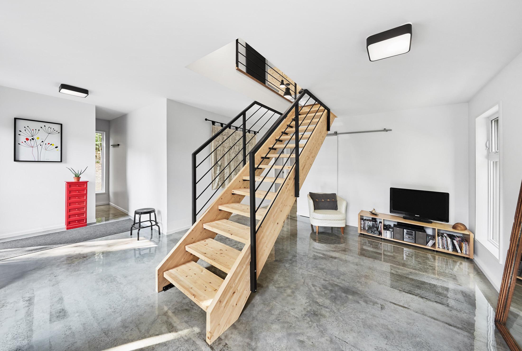 interieur maison plancher beton escalier bois
