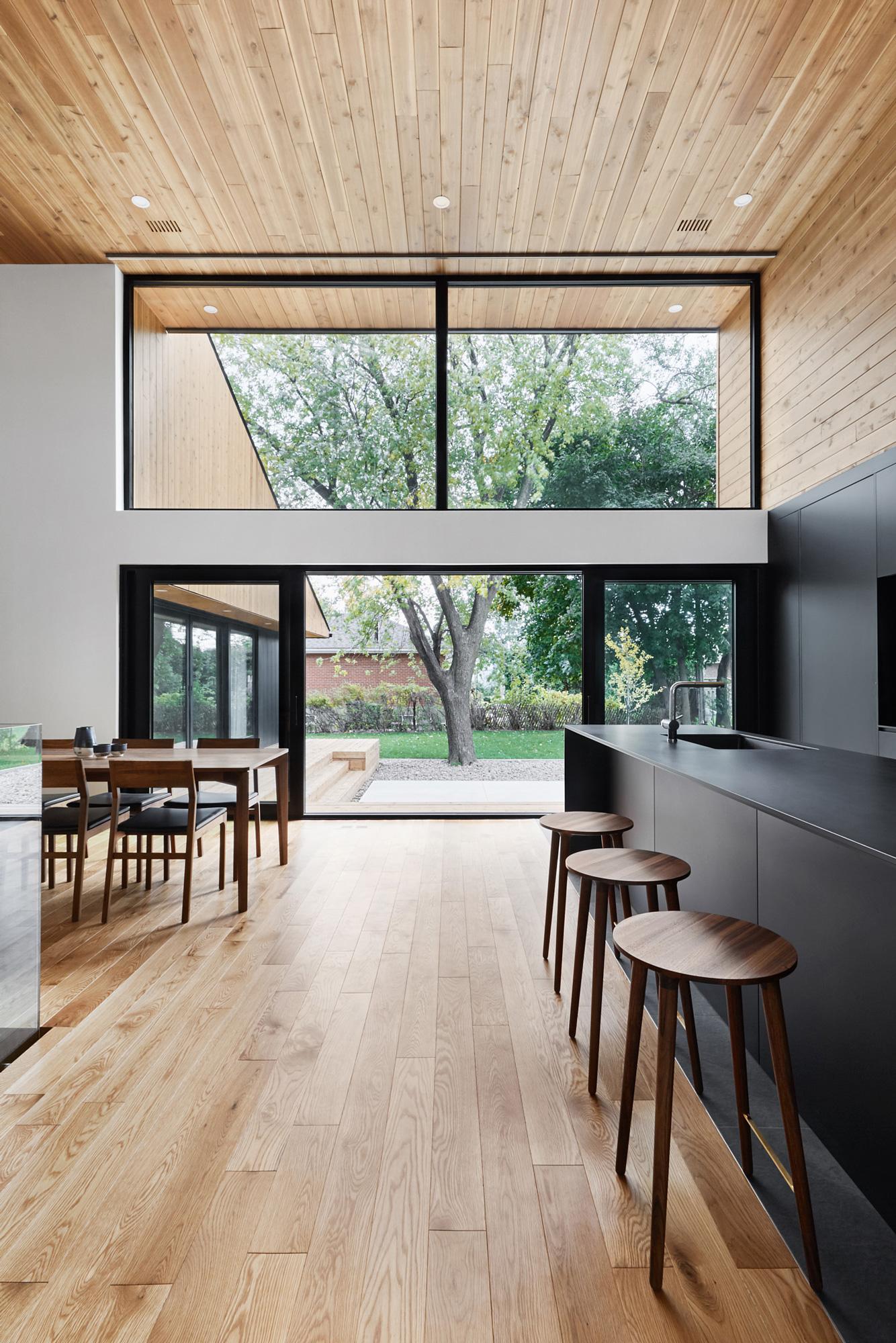 interieur maison bois vue exterieure porte-patio