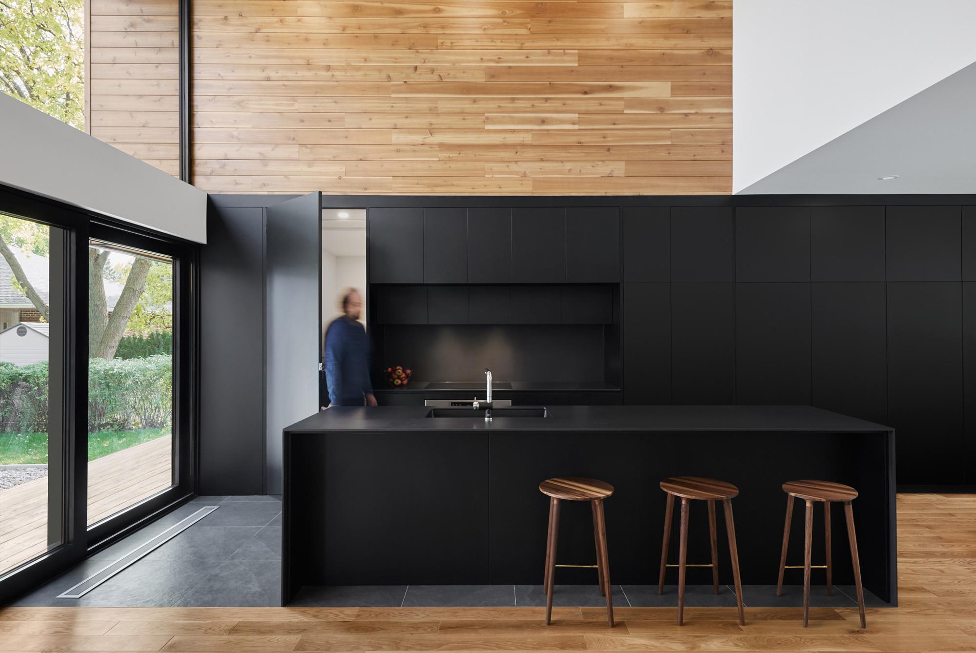 maison design cuisine armoires noires