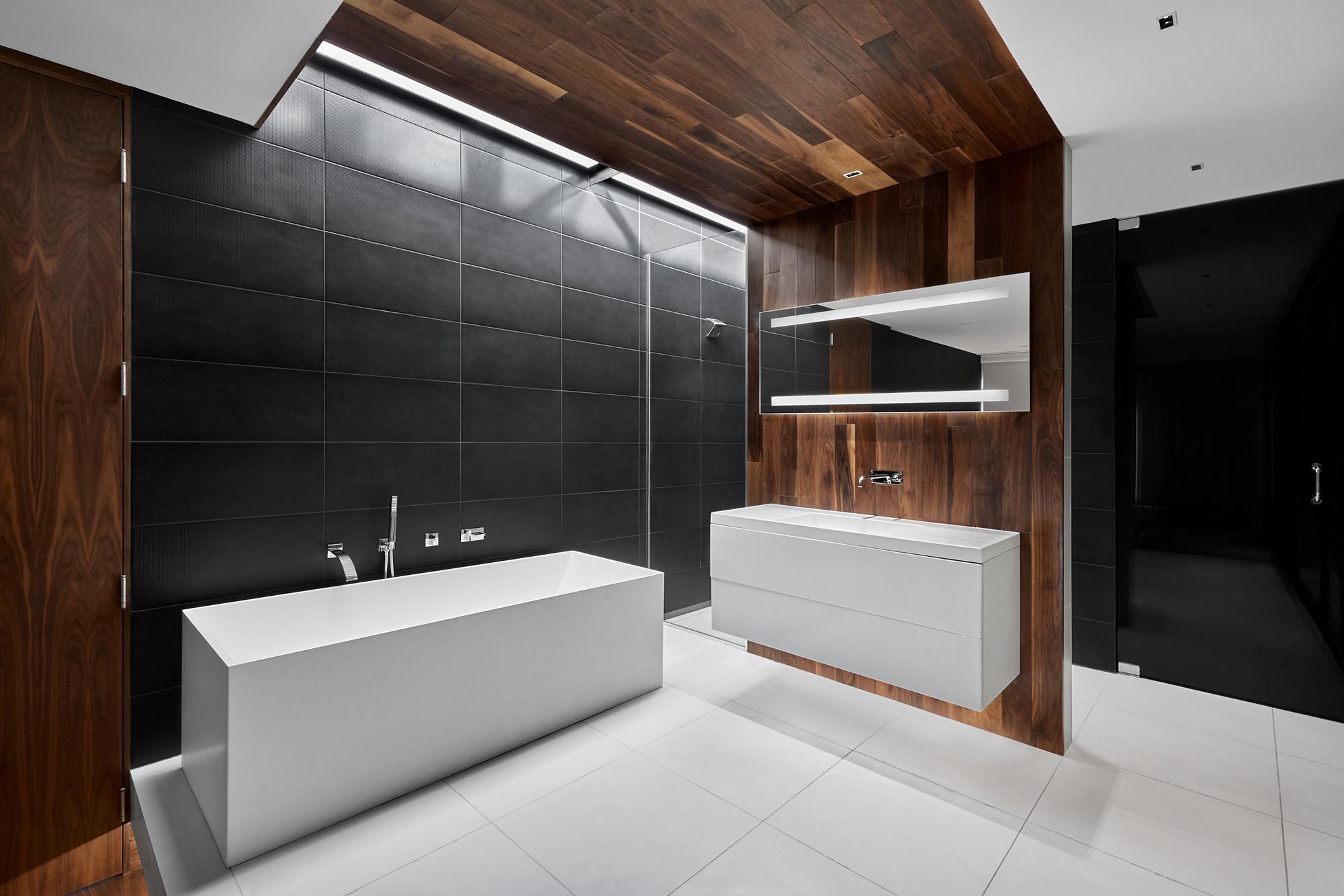 salle de bain ceramique noire mur noyer