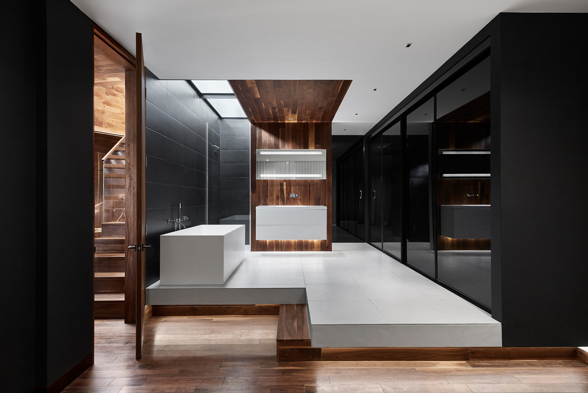 Salle de bain murs noirs noyer