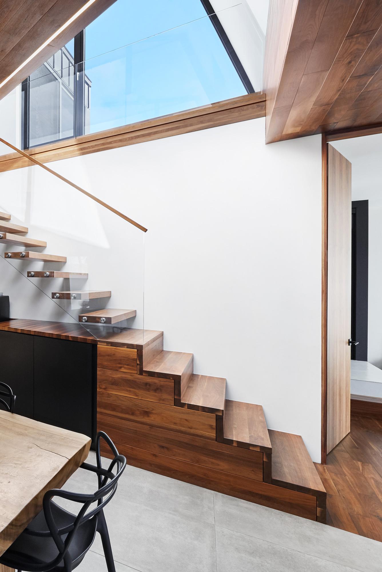 escalier noyer mur blanc fenetre etage