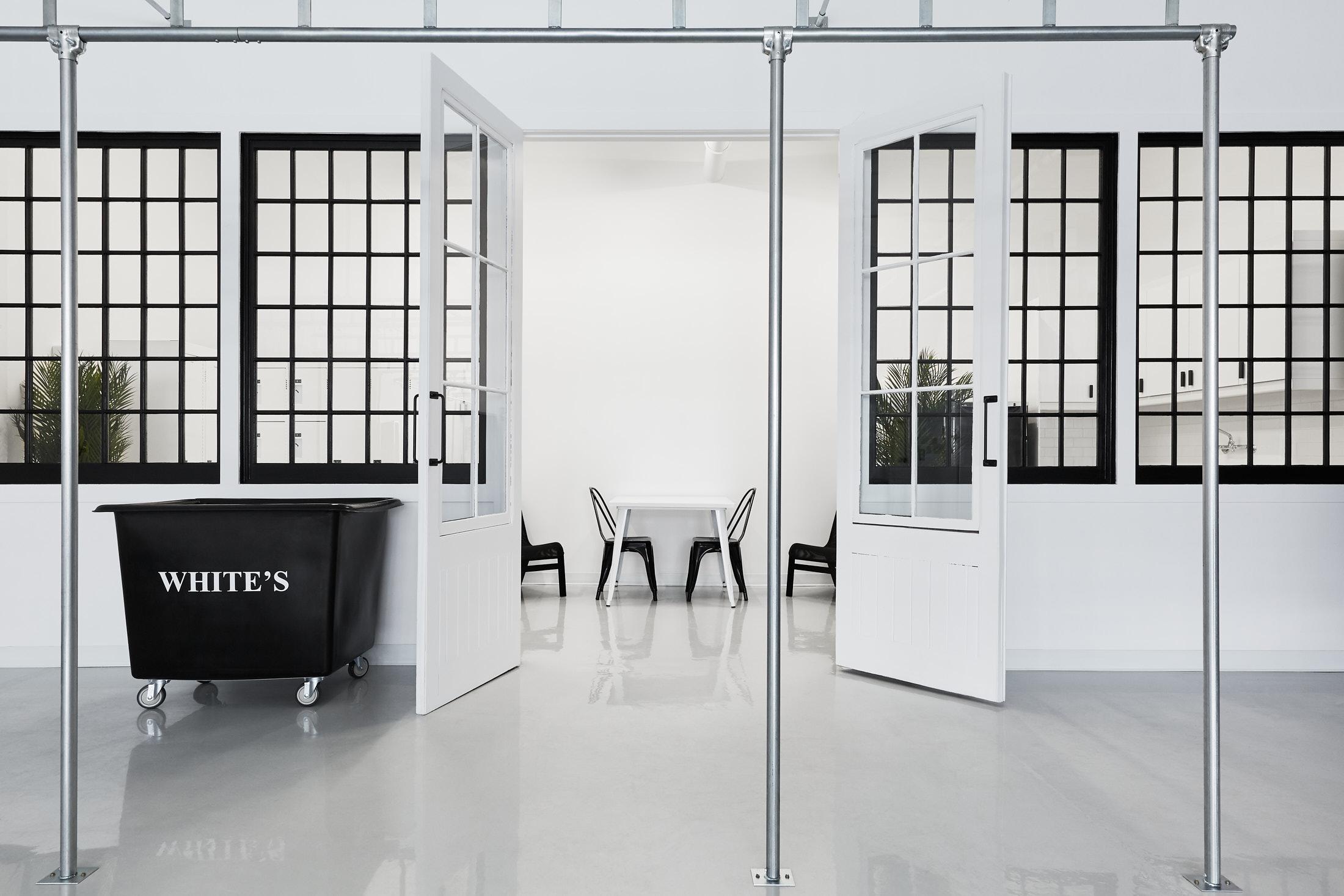 usine mur vitre blanc noir
